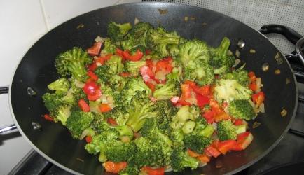 Geroerbakte broccolischotel recept