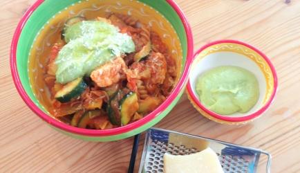 One pot zalmpasta met avocadosaus recept