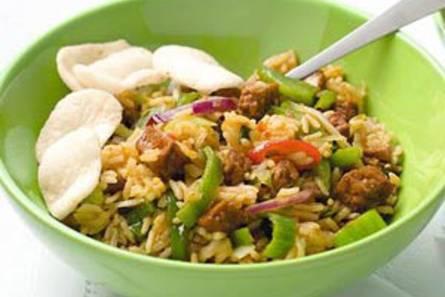Vegetarische nasi goreng met komkommerzoetzuur