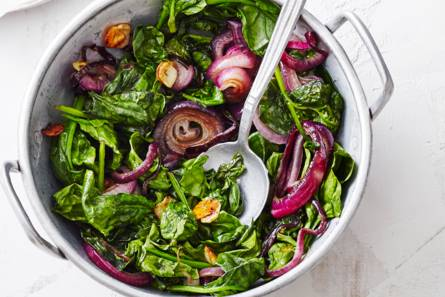 Geroerbakte spinazie met rode ui en knoflook