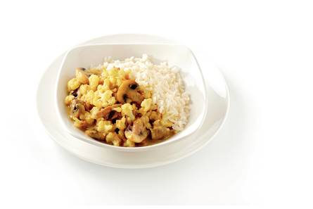 Witte rijst met groentecurry in kokos-kerriesaus
