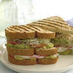 Clubsandwich met kip, avocado en alfalfa recept