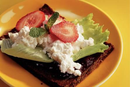 Roggebroodsandwich met aardbeien