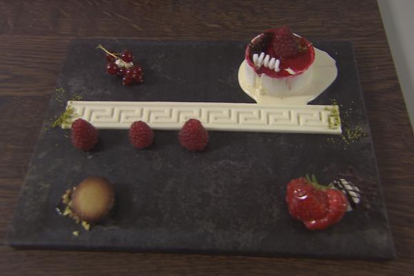 Vanille-ijs met rode vruchten, panna cotta, kattentongen en ...