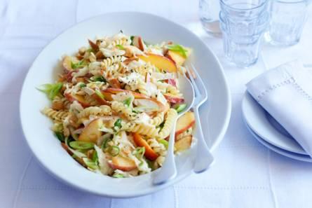 Zomerse pastasalade met gerookte kipfilet