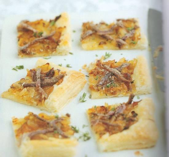 Bladerdeeghapjes met gekarameliseerde ui en ansjovis recept ...