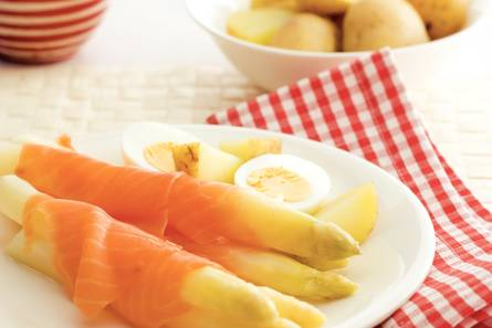 Witte asperges met zalm en ei