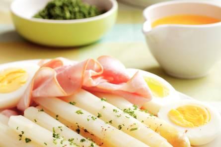 Asperges met ham, ei en botersaus
