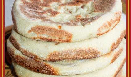 Marokkaans brood (matlouh)gevuld met gehakt, paprika en kaas ...
