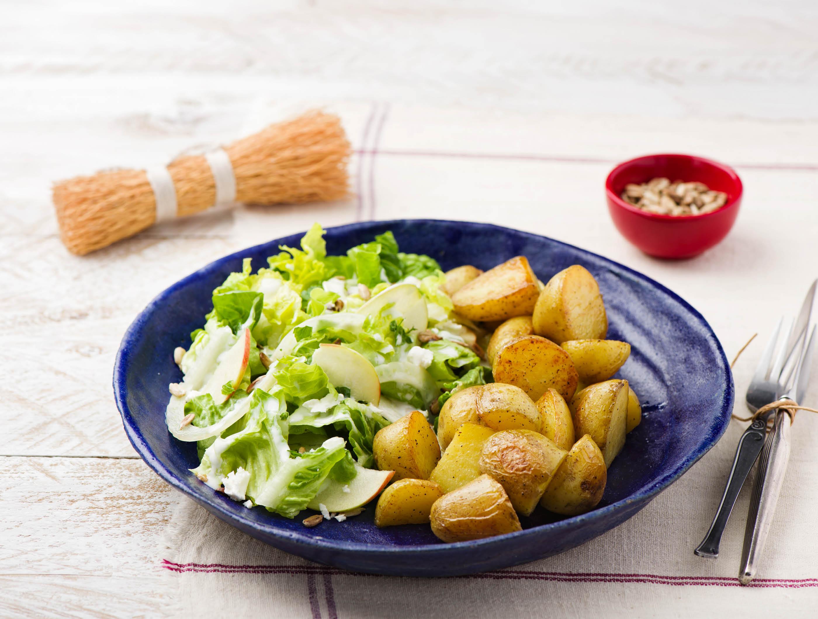 Appel-venkelsalade met feta, verse munt en aardappelen