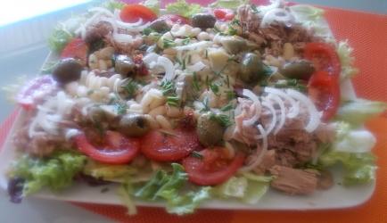 Lekkere salade van witte bonen tonijn artisjokarten en gedr tomaten ...