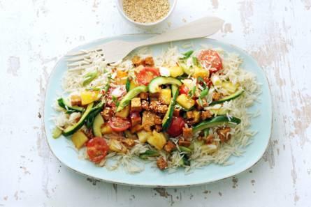 Thaise roerbak met komkommer, cherrytomaten, ui, ananas en tofu ...
