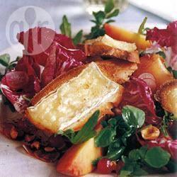 Gemengde bladsalade met perzik en crostini met brie recept ...
