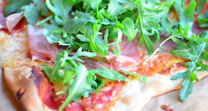 Pizza met parmaham en rucola