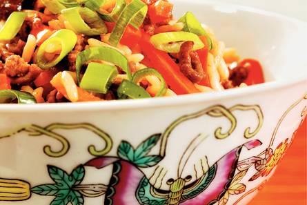 Gebakken rijst met gehakt en groenten