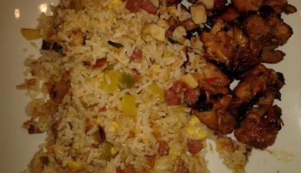 Indonesische nasi goreng met saté ajam van kipdijfilet recept ...