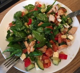 Salade, met spinazie, feta, komkommer en veel meer. recept ...