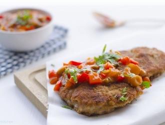 Krokante schnitzel met verse pittige zigeunersaus recept ...