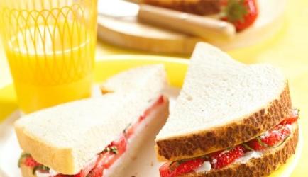 Tijgerbroodsandwich met verse geitenkaas en aardbeien recept ...