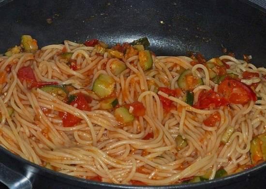 Mediterrane spaghetti met courgette en tomaat recept