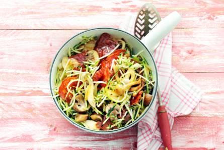 Courgettespaghetti met chorizo en paddenstoelen