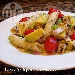 Pastasalade met kip, tomaat, avocado en feta recept