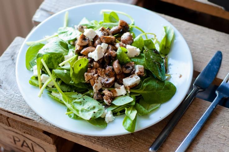 Frisse salade met feta en gebakken champignons