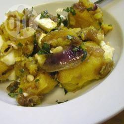 Winterse salade met pompoen, feta en gekarameliseerde uien ...
