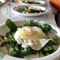 Spinaziesalade met gebakken ei recept