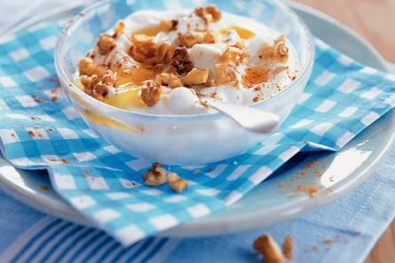 Yiaoúrti me méli ke karídhia  griekse yoghurt met honing en walnoten
