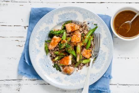 Roerbak van quinoa, asperges en zalm