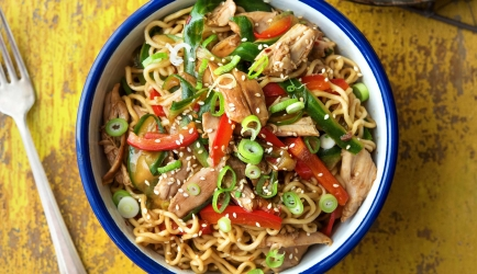 Oosterse noedels met kip en pikante soja-rode pepersaus recept ...