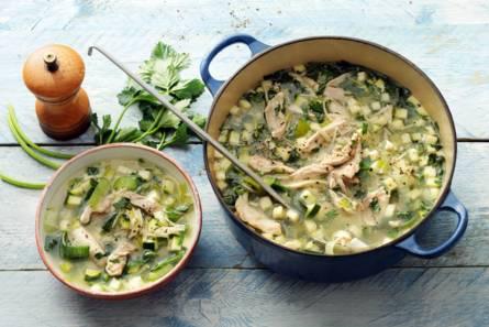 Heldere kippensoep met prei en selderij