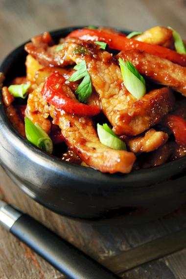 Recept 'zoete reepjes varkensvlees met rode paprika en lente-uitjes ...