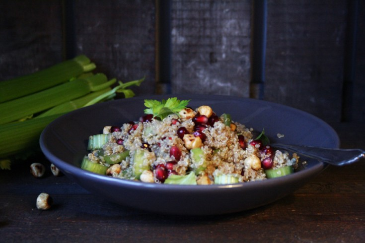 Quinoa-salade met granaatappel, bleekselderij en hazelnoot