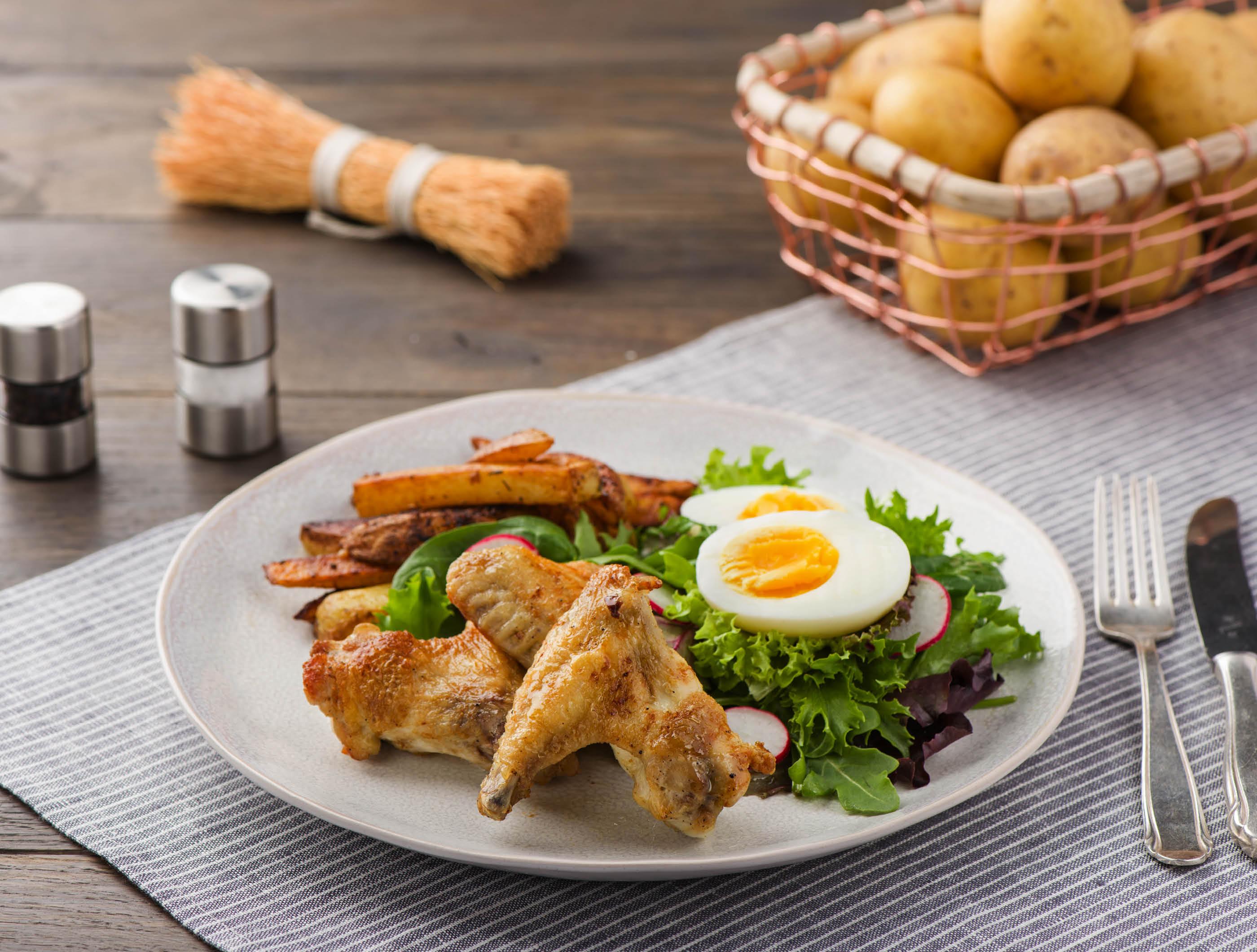 Kippenvleugels met ovenfriet en frisse salade recept