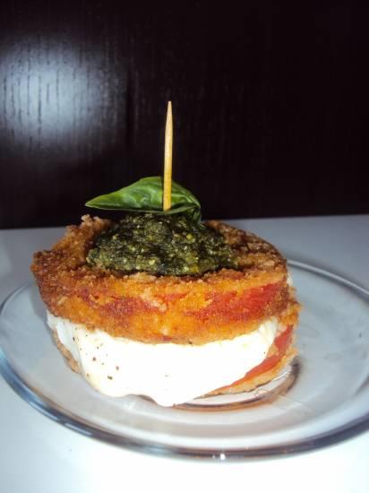 Gefrituurde tomaatsandwich met mozzarella en basilicumtapena ...