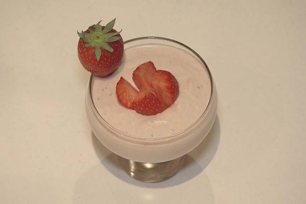 Parfait met een schuimpje van verse aardbeien
