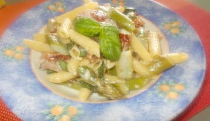 Romige pasta met groene asperges ham gorgonzola en gedroogde