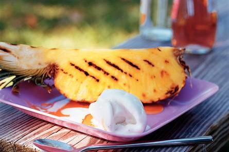 Ananas met gember-rumsiroop en ijs
