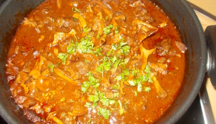 Super lekkere stoofpot pittige goulash met paddenstoelen recept ...