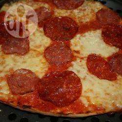 Pepperoni, chorizo en mozzarella pizza recept