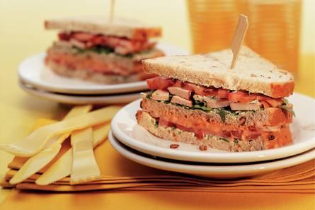 Clubsandwich met rucolacrème, garnalen en kip