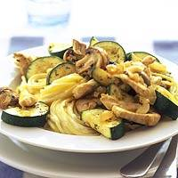 Pasta met kip, courgette en champignons recept