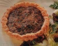 Hartige taart met paddenstoelen, roomkaas en kruiden ...