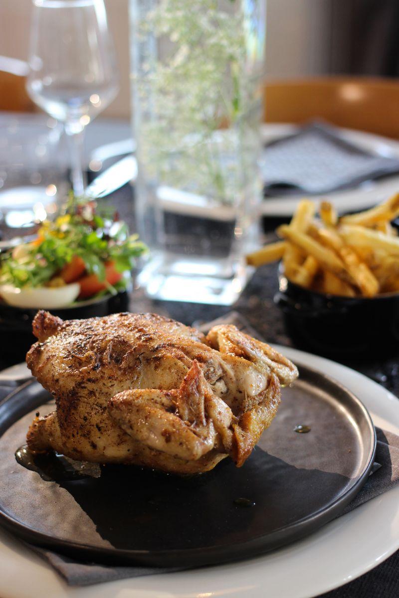 Recept 'gepekelde kip in de oven met frietjes en kruidensla'