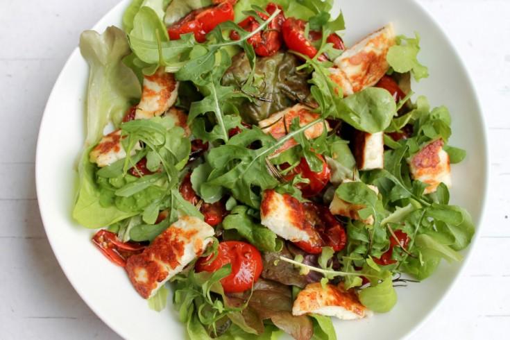Salade met gebakken halloumi en gedroogde tomaatjes