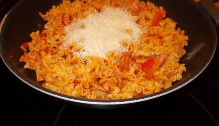 Pittige paprika-tomaten pasta met kipfilet, honing en manchego ...