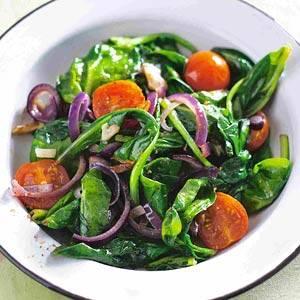 Geroerbakte spinazie met rode ui en knoflook recept