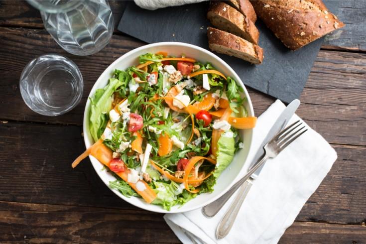 Frisse salade met brie, mandarijn en yoghurtdressing
